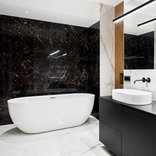 badeværelse inspiration med badekar samt mørkt tema i sort
