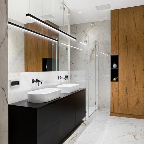 badeværelse med 2 håndvask mørkt tema