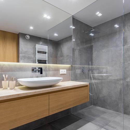 badeværelse med brusekabine i mørkt tema 1 håndvask