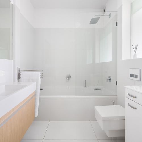 hvidt badeværelse med badekar